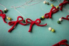 Another yarn bow garland - Otra guirnalda de moños de lana