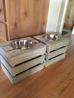 Dog dish holders made from pallet crates. Dog dish holders made from pallet crates. Dog Feeding Station, Dog Station, Pallet Dog Beds, Pallet Dog House, Pallet Crates, Pallet Boxes, Dog Crates, Wooden Pallets, Dog Bowl Stand