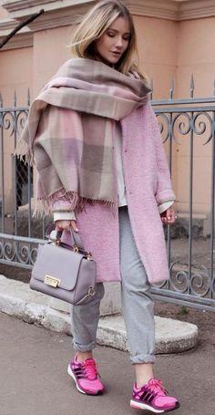 Look de moda: Chal rosado, Abrigo rosado, Sudadera blanca, Pantalón de chándal gris Fashion Mode, Moda Fashion, Womens Fashion, Fashion Trends, Pink Fashion, Style Fashion, Winter Fashion Outfits, Fall Winter Outfits, Autumn Winter Fashion