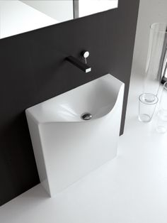 Back, design Meneghello Paolelli Associati. Compatto e di profonditá davvero minima, il lavabo Back é presentato nelle due versioni da parete, a terra  o sospesa con rubinetteria a parete o appoggiata a destra e a sinistra del lavabo. In Livintec / Compact and very little depth, the washbasin Back is presented in two versions: back to wall or wall-hung. The taps can be put on wall or leaning to the right or left of the basin. In Livingtec. #bathroom #sink #washbasin #design #bagno #lavabo