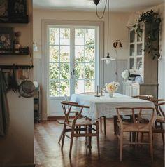my scandinavian home: Emelie's Serene Swedish Home With Notes of Green Fresh Farmhouse, Swedish Farmhouse, Paris Home, Built In Seating, Swedish House, Dining Room Inspiration, Swedish Design, Scandinavian Home, Swedish Home Decor