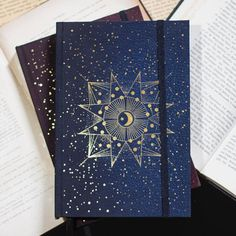 Magia, poder e muito brilho!!! 📖✨Cadernos Celeste tem mais de 200 páginas de polén bold, 90 gramas, lisas e prontas para o que quer que…