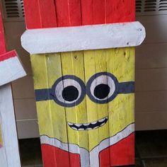 Minion santa #datbetertwel #pallet #palletart #minions #christmas #diy Christmas Pallet Signs, Pallet Projects Christmas, Christmas Wood Crafts, Christmas Wall Art, Holiday Crafts, Pallet Painting, Pallet Art, Pallet Ideas, Wood Board Crafts