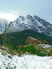 El Parque Natural de Urkiola, uno de los lugares imprescindibles de Bizkaia. Más información en nuestro blog: http://blogs.deusto.es/cide/no-te-lo-pierdas-urkiola/