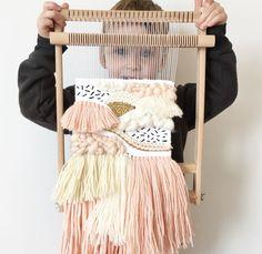 Little helpers are the best #wip#behindtheloom #wallhanging#weaverfever#weaveweird #weaving#wallart#fibreart#fibreartist #fiberart#wallweaving