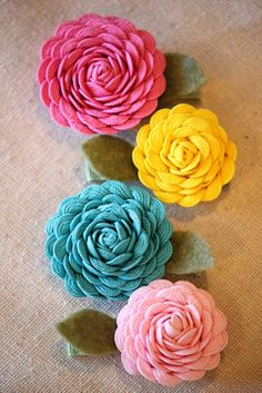 Ric Rac Flower Tutorial - these flowers are great for craft accents and hair flowers! Ric Rac gives the flowers a fun texture and look adorable! Felt Flowers, Diy Flowers, Fabric Flowers, Paper Flowers, Pretty Flowers, Felt Roses, Fabric Bows, Cotton Fabric, Fabric Crafts