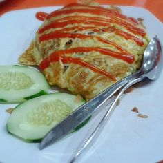 Without being affected by its Thai sounding name, nasi pattaya is originated from Malaysia. Nasi Pattaya is a simple fried rice. Egg Recipes, Asian Recipes, Nasi Goreng, Pattaya, Fried Rice, Pork, Eggs, Dishes, Cooking