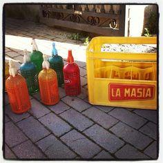 Antiguas botellas de sifón, perfectas para dar un toque de colorido y diversión a tu casa