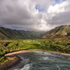 Hālawa Bay on the eastern tip of Molokai. The place is essentially untouched.  Photo by @panaviz