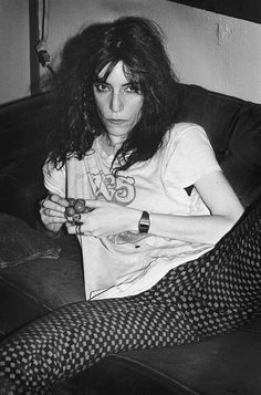 """Patti Smith rocking her t-shirt for the co-founded by her husband, Fred """"Sonic"""" Smith. LOVE THIS Patti Smith rocking her t-shirt for the co-founded by her husband, Fred """"Sonic"""" Smith. Patti Smith, Estilo Beatnik, Pop Punk, Beatles, Just Kids, Fashion Mode, Fashion Tips, Robert Mapplethorpe, Estilo Rock"""