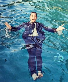 Hasta bajo el agua es elegante-Tom Hiddleston