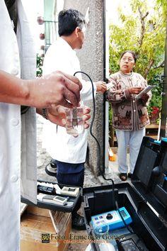Nezahualcóyotl, Mex. 23 de abril 2013. Miembros del Departamento de Agua limpia del ODAPAS, efectuando pruebas aleatorias de la calidad del líquido en los domicilios. Foto. Francisco Gómez