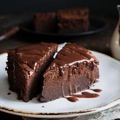 Κέικ σοκολάτας με κουβερτούρα ΙΟΝ γάλακτος - ION Sweets Death By Chocolate, Chocolate Cake, Cake Bars, Greek Recipes, Cupcake Cakes, Food Cakes, Cupcakes, Amazing Cakes, Nutella