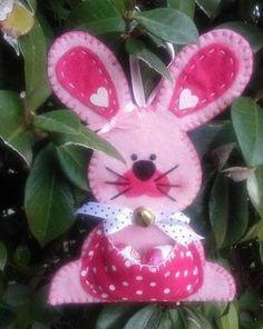 coniglietto pasquale in feltro e pannolenci DIY Felt Diy, Felt Crafts, Diy And Crafts, Easter Projects, Easter Crafts, Hoppy Easter, Easter Bunny, Holiday Fun, Holiday Crafts