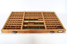Sehr schöne antike Schublade aus einer alten Druckerei.     Die Schublade wurde aus Vollholz gefertigt und ist dem entsprechend schwer. An der Schubla