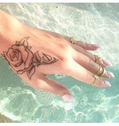Rose Hand Tattoo, Hand Tattoo, Handgelenk Tattoo, Rose Tattoo❤️ Source by aeuperle Girly Tattoos, Rosa Tattoos, 1000 Tattoos, New Tattoos, Body Art Tattoos, Tatoos, Floral Tattoos, Heart Tattoos, Sleeve Tattoos