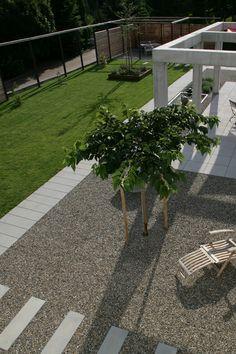 Gartenwege strukturieren den Garten und sorgen für abgetrennte Bereiche, zum Beispiel zwischen Rasenfläche und Terrasse. Wo es auf Bodenbeläge ankommt, die sich der Umgebung unterordnen, ist der formal reduzierte Pflasterstein SPIRELL mit edlem Quarzit-Vorsatz richtig am Platz. Das macht ihn auch zu einem guten Kombinationspartner. Empfehlenswert ist das Zusammenspiel mit Pflastern und Terrassenplatten von ARCADO, denn durch den klaren Kontrapunkt entsteht ein spannendes Flächenbild… Sidewalk, Formal, Paving Stones, Garden Path, Lawn, Floor Covering, Environment, Home And Garden, Preppy