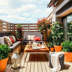 Share Gorgeous Small Balcony Design Ideas With Beautiful Garden – Whether your apartment contains a massive patio or a cozy balcony, there's a means… Design Exterior, Interior Exterior, Patio Design, Modern Exterior, Roof Terrace Design, Luxury Interior, Small Balcony Garden, Small Terrace, Balcony Gardening