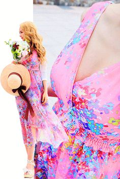 "Today's Hot Pick :◆浪漫迷人◆彩色印花深V领长款连衣裙 http://fashionstylep.com/P0000KVB/marlangrouge/out 设计理念——古典且甜美的印花连衣裙,如浪漫唯美的公主梦,微风吹起,裙角飞扬 的弧度展现出独具的灵动加上大自然般清新的印花,依然令众多MM心动不已~ 推荐理由——性感迷人的深V包领设计,展现出你的""事业线""与露背剪裁相呼应,尽 显性感迷人气质!高腰的收腰设计搭配超长的百褶裙摆,很有效的拉长了您的身材 比例,具有浓郁中式晚礼服的设计风格,在鲜花图案的衬托下注入一道清新的自然 之风,瞬间就能让心灵得到舒展~ 搭配建议——时尚百搭款式,性感与优雅的化身,你值得拥有~ -连衣裙- -浪漫印花- -长款- -收腰修身-"