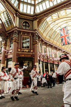 Londra St Georges Day: the Ewell Morris Men in action @LeadenhallMkt
