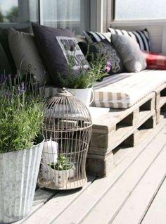 Idee per arredare un balcone piccolo - Divano in pallet sul balcone