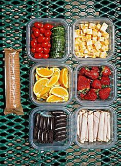 Looking for some easy picnic lunch ideas? Here are some great tips on how to pack a picnic lunch that you and your kids will love and eat! How to Pack the Perfect Picnic Lunch - Easy Picnic Lunch Ideas - Playground Party Food Picnic Date Food, Family Picnic, Good Picnic Food, Family Camping, Comida Picnic, Road Trip Snacks, Road Trips, Travel Snacks, Road Trip Meals