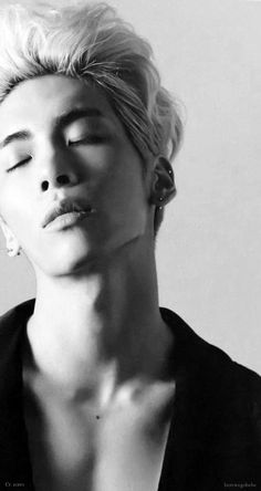 Oh gawd Jonghyun and his sexy jaw line