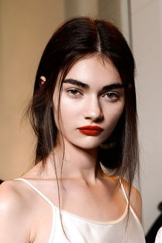 Tendencias primavera 2013 belleza maquillaje cejas gruesas - Rochas