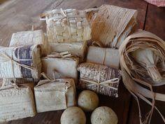 Sabonetes tradicionais  de Cinza embalados na palha de bananeira