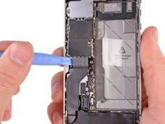 Gebruik de rand van een plastic openingstool om de dock kabel los te wrikken van de aansluiting op het logic board.