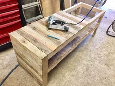 Manufacture of a bench in pallet to store the shoes in the entrance – nailing the boards Source by homelisty Table Palette, Shoe Bench, Pallet Bench, How To Store Shoes, Bench With Storage, Team Building, Entrance, Ranger, How To Make