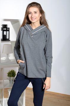 Modna bluza wkładana przez głowę, posiadająca kaptur z ozdobą w formie ekspresu. Modny design i niepowtarzalny wygląd. Pasuje do wielu stylizacji zarówno codziennych jak i sportowych.