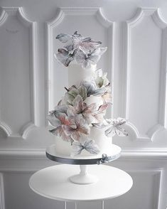 Is this the most delicate #cakeart you've ever seen? #rg @elena_gnut_cake #weddingcake #cakedesign