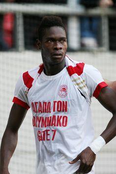 Αυτός ο παίκτης βάλθηκε να μας μουρλάνει φέτος!!! #Red_White #Olympiacos #Cisse Dream Team, Gate, Tank Man, Football, Sports, Mens Tops, T Shirt, Quotes, Fashion