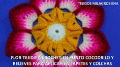 Flor tejida a crochet en punto cocodrilo y relieves para aplicar en tape...
