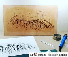 Krásna prácička spoznaj naše Tatry  #praveslovenske od @kozene_zapisniky_ardeas  Zo zákulisia - vypaľovanie do koze - #slovakia #tatry #mountains #leatherart #leather #tatramountains #handmade #slovensko #art