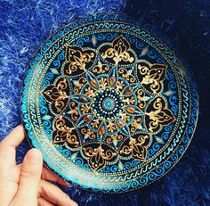 Mandala plate in blues and gold mandalas & dots malen Mandala Canvas, Mandala Dots, Mandala Design, Dot Art Painting, Mandala Painting, Ceramic Painting, Elefante Hindu, Point Paint, Beaded Boxes
