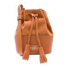 Bolsa Mini Meja - caramel - Icônica, a bolsa saco ganha versão mini e é produzida em couro com recorte em camurça. Possui ferragens em metal ouro velho, fechamento por amarração e alça de ombro ajustável.Cor:CaramelMarca:Escudero