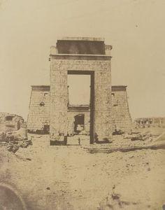 1849-1850 - Thèbes : propylone du temple de Khous, Karnac. Photographe : Maxime du Camp