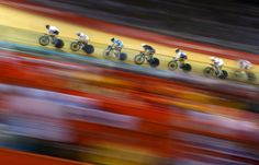 Un grupo de ciclistas compiten en una de las pruebas de ciclismo en pista en el velódromo de Londres 2012