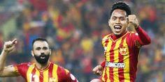 Penyerang Selangor FA, Andik Vermansah, mengaku tak ingin memikirkan kontrak baru dengan The Red Giants. Ketika ini, Andik cuma konsentrasi mengambil Selangor FA menjuarai Piala Malaysia di Stadion Shah Alam, Sabtu (12/12/2015). Andik benar-benar tak butuh khawatir soal kontraknya mengingat kontribusi yg akbar bagi Selangor FA. Lebih-lebih, pemain asal jatim ini berambisi agung mendapatkan gelar