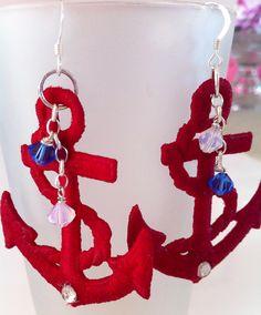 Orecchini costruiti su un'ancora in fil di cotone, irrigidito con prodotti appositi e decorato con Swarovski nelle tonalità marine.