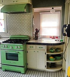 This stove has cool retro style, but commercial-grade power. Cook and bake with a vintage flair with the Retro Stove from Big Chill. 1940s Kitchen, Retro Kitchen Decor, New Kitchen, Vintage Kitchen, Kitchen Ideas, Kitchen Inspiration, Modern Retro Kitchen, Green Kitchen, Vintage Farmhouse