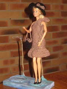 Bonjour à tous et à toutes, Aujourd'hui je vous présente une robe qui fera partie d'un futur lot que je mettrai en vente dans mon marché de noel, c'est une nouvelle robe de soirée pour barbie, entièrement en laine brillante . Elle n' est pas faite comme...