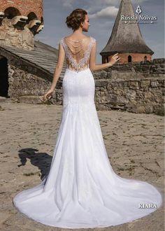 KIARA: O vestido sereia Kiara é inteiramente coberto por renda guipir bordada com paetês, proporcionando um brilho incomparável a cada movimento da noiva. Para saber mais, acesse: www.russianoivas.com #vestidodenoiva #vestidosdenoiva #weddingdress #weddingdresses #brides #bride