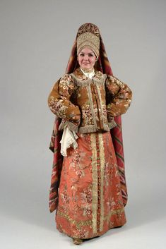Праздничный женский костюм с костромским головным убором. Конец XVIII -начало XIX в.