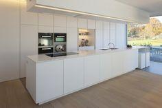 Witte keuken modern met combinatie keramische tegels en parket - woning LA-VE 2014 van architecte Anja Vissers