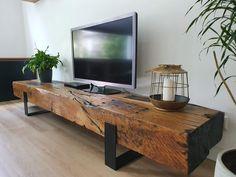 Verkrijgbaar vanaf 575 euro. Dit vind ik stiekem misschien wel het mooiste meubel uit onze woonkamer. In de basis is het een heel simpel meubelstuk. Hij wordt zo mooi door het karakter van het hout. We hebben gebruik gemaakt van oude spoorbielzen, die daadwerkelijk decennia lang gediend hebben op het spoor. De nerven en groeven verklappen de historie van het hout en de dikte van de balken geven het tv-meubel een hele robuuste uitstraling. Uiteraard kan je dit meubelstuk bij Maikku bestellen! Adams Furniture, Tv Furniture, Rustic Wood Furniture, Timber Furniture, Living Room Designs, Living Room Decor, Headboard From Old Door, Reclaimed Wood Coffee Table, Woodworking Furniture Plans