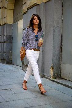 柄シャツにはホワイトパンツを合わせるのがパリジェンヌ風に仕上げるコツ。細身の白パンツで柄シャツはカッコよく着こなすのが◎。