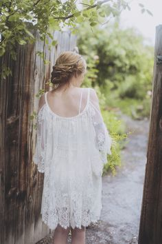 Bohemian bride with loose updo. Photography: Alixann Loosle Photography - alixannlooslephotography.com/